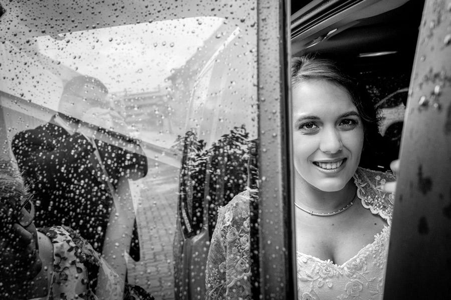 novia guapa camino del altar en el día de su boda en Zaragoza
